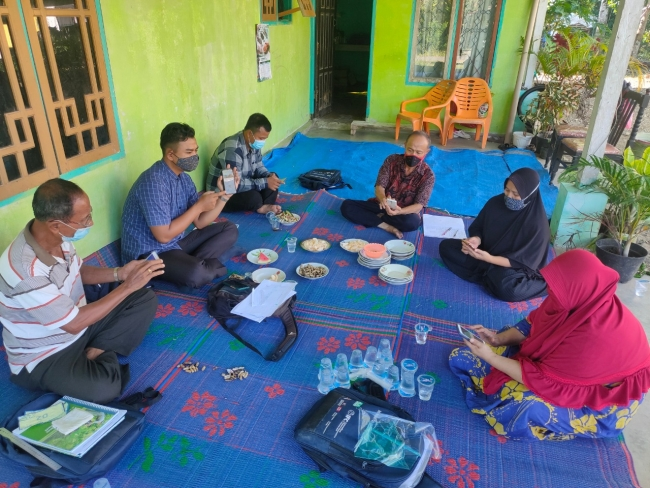 Independent smallholders using the AgriOn platform at a financial literacy workshop conducted by Musim Mas.